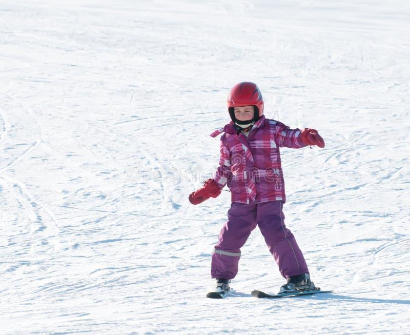 La fille skie en descendant photo libre de droits