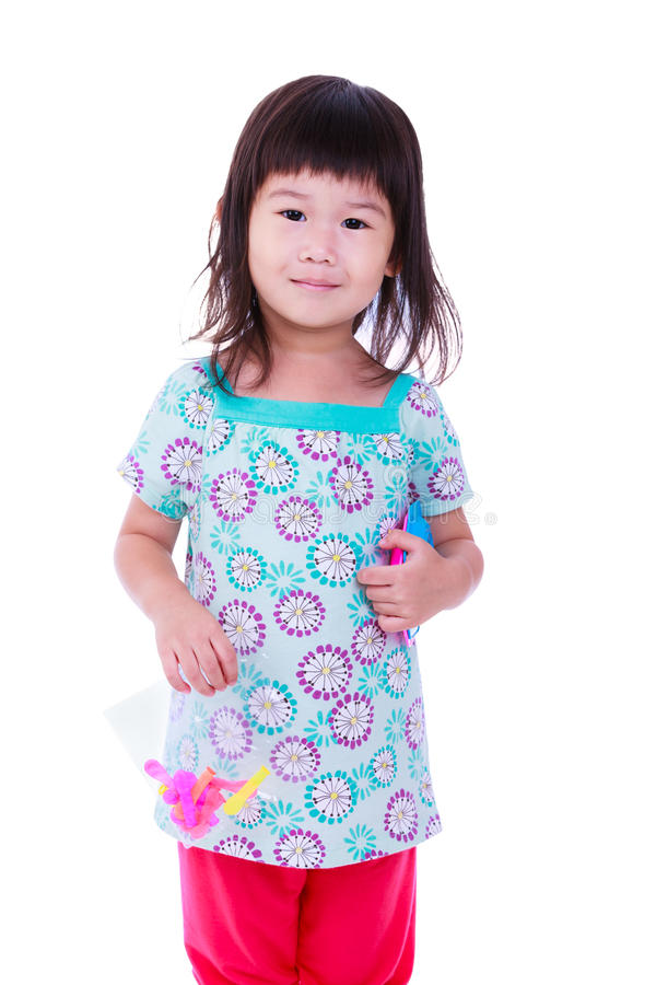 La fille smilling mignonne pose pour une photo, sur le fond blanc photographie stock libre de droits