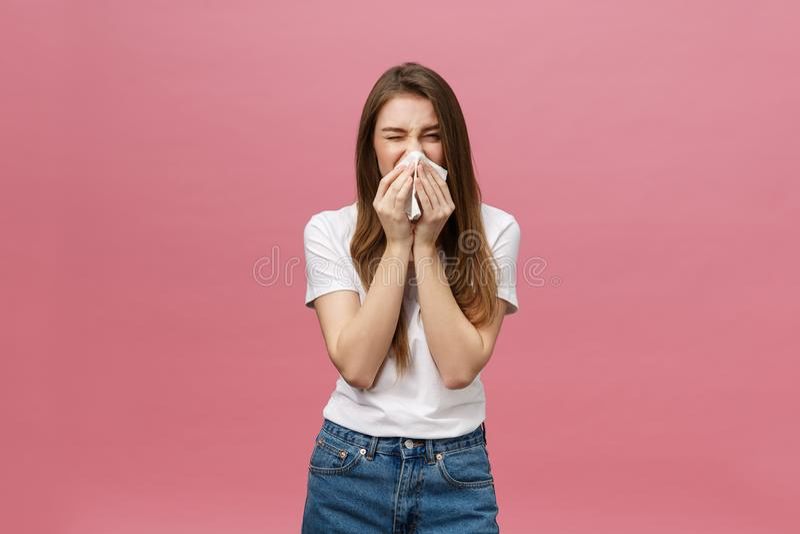 La fille souffre des maux de tête terribles et comprime la tête avec des doigts Oubliez et rappelez-vous quelque chose, souffrez  photo libre de droits