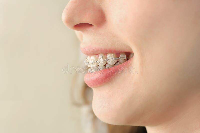 La fille sourit avec des supports images stock