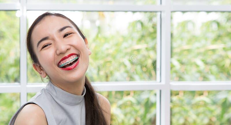 La fille sourit heureusement Les gens et le mode de vie Filles asiatiques a photos stock