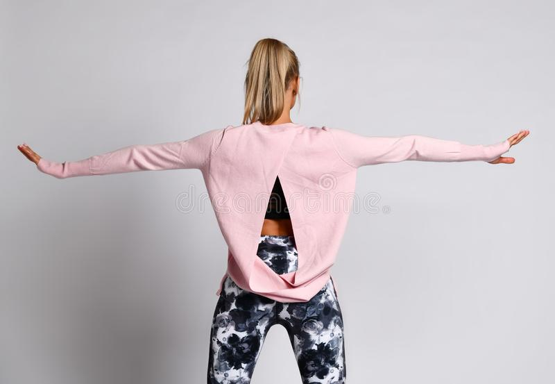 La fille sportive de dame sportive sexy dans des vêtements de vêtements de sport de mode se tient posante après des exercices de  images stock