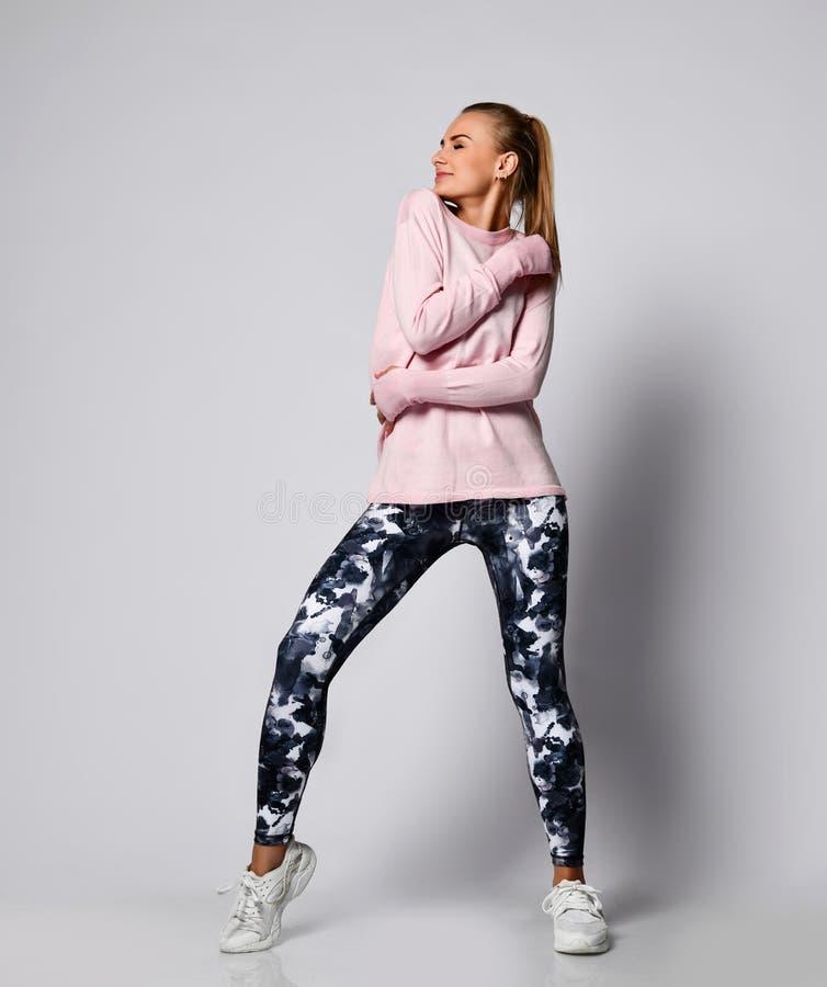 La fille sportive de dame sportive sexy dans des vêtements de vêtements de sport de mode se tient posante après des exercices de  photos stock