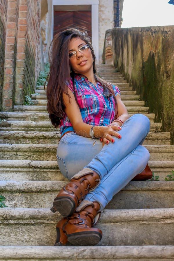 La fille sur de vieux escaliers image libre de droits