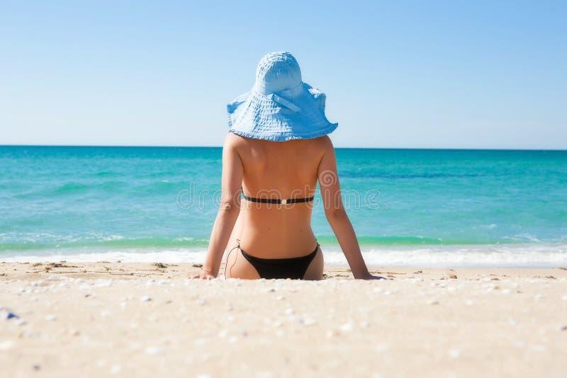 La fille sur la plage photos stock