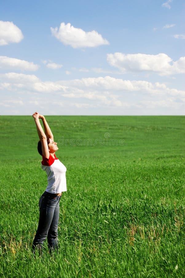 La fille sur le soleil image libre de droits
