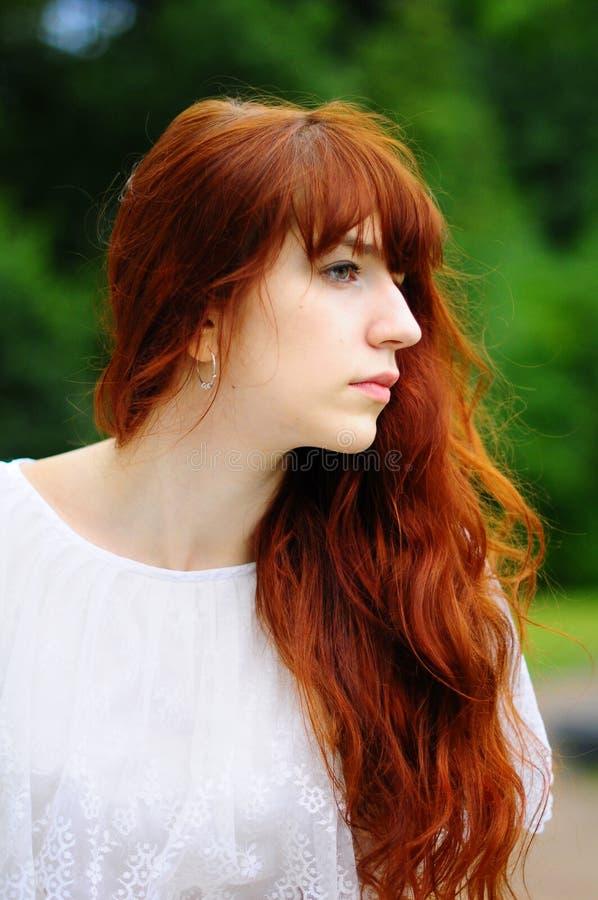 La fille sur un balcon à une balustrade photographie stock