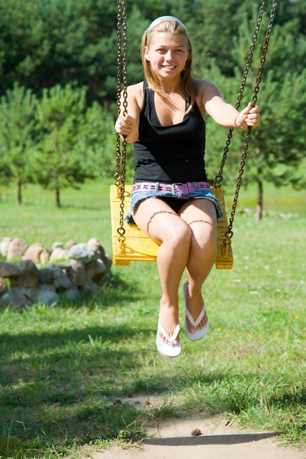 La fille sur une balançoir photographie stock
