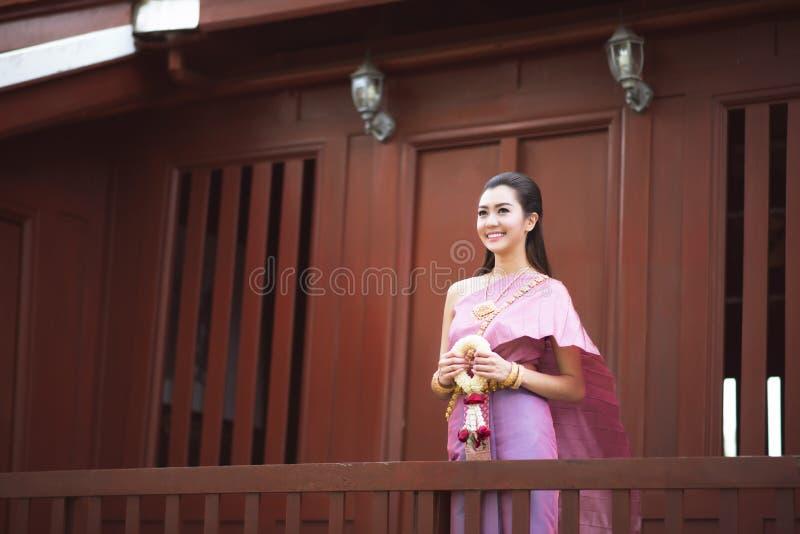 La fille thaïlandaise habille le costume traditionnel thaïlandais à thaïlandais traditionnel image libre de droits