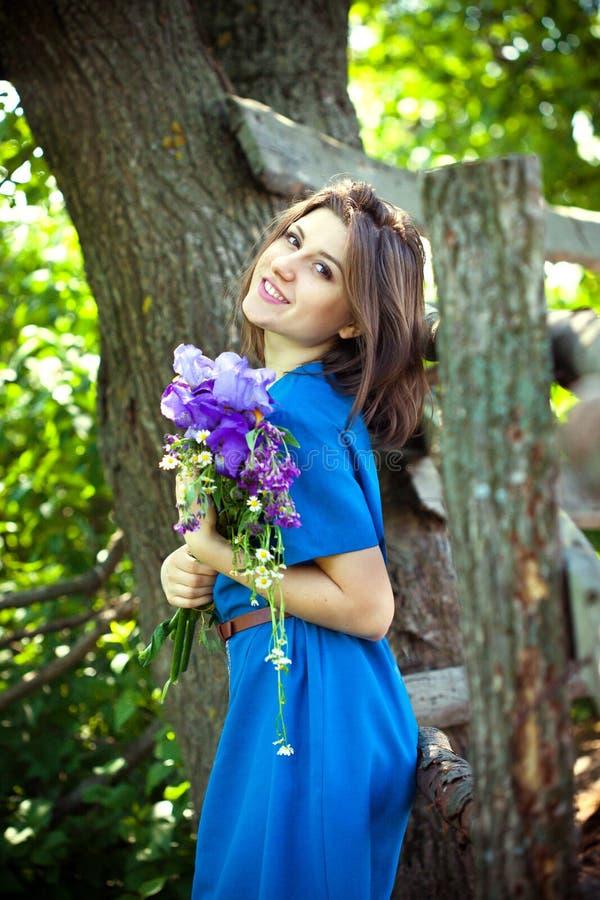 La fille tient un bouquet des fleurs photo libre de droits