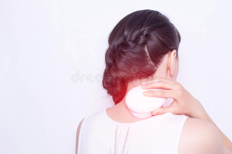 La fille traite l'épine cervicale avec la physiothérapie, thérapie d'aimant, l'espace de copie, médical, periarthritis de ceintur photos stock