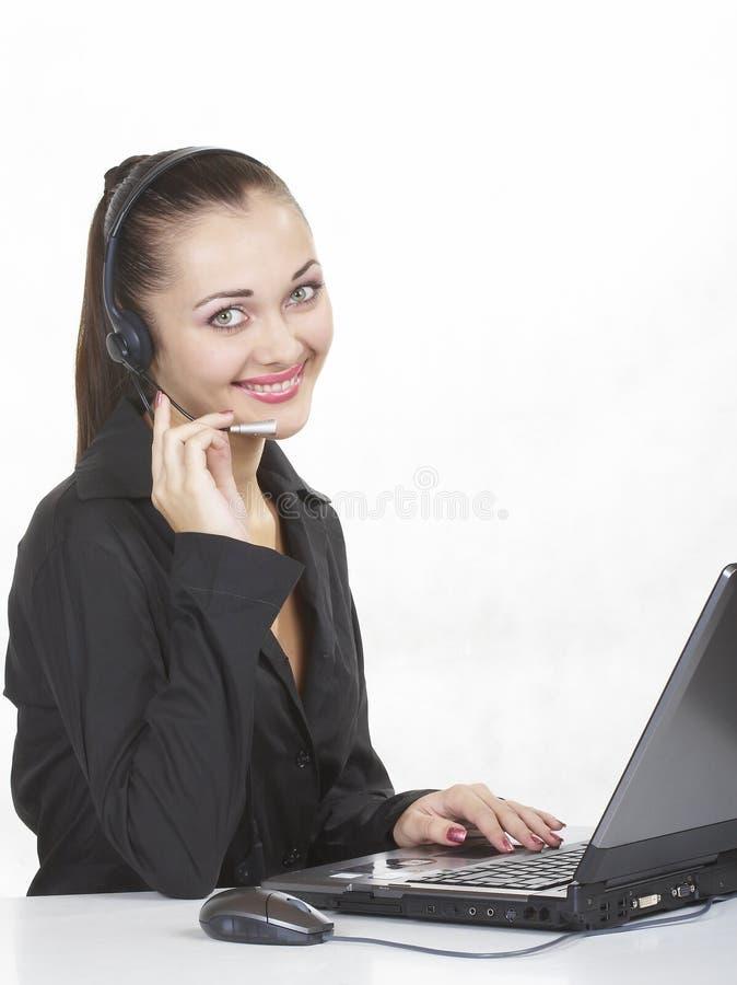 La fille travaille sur un ordinateur photographie stock
