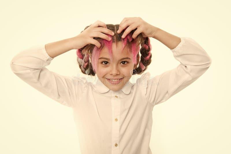 La fille tresse longtemps le fond blanc Maintenez les cheveux tress?s pour le regard rang? Jeu d'?l?ve d'enfant avec de longs che image libre de droits