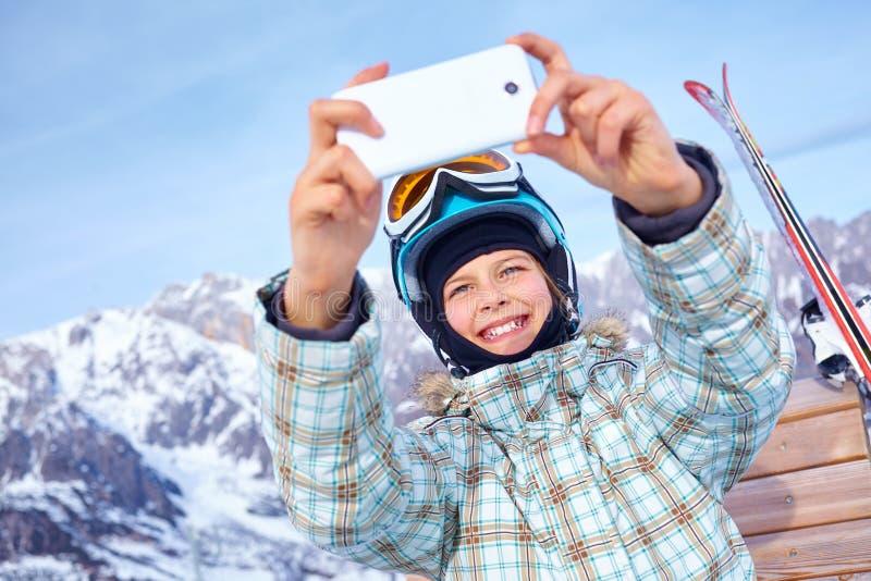 La fille a un amusement sur le ski photos stock