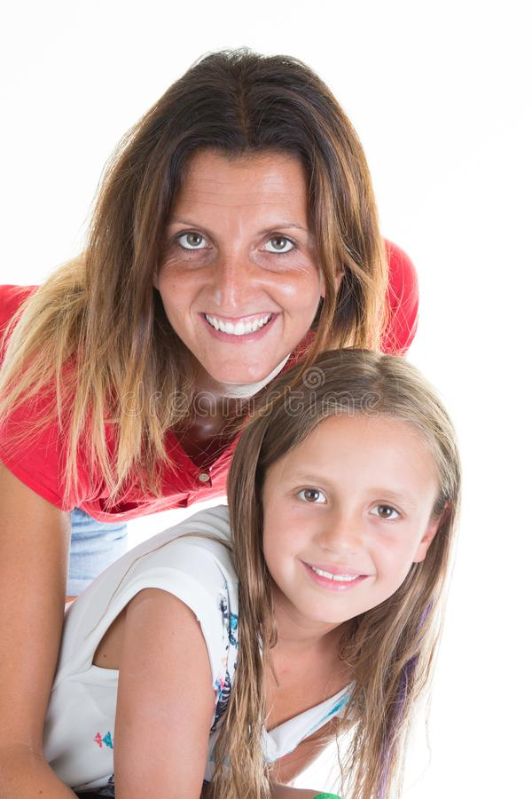 La fille unifamiliale moderne de mère et d'enfant aiment à l'arrière-plan blanc images libres de droits