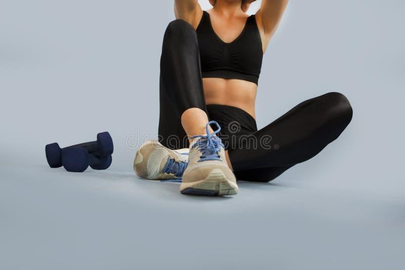 La fille va chercher dedans des sports sur un fond d'isolement faisant différents exercices de la gymnastique et de la forme phys photos libres de droits