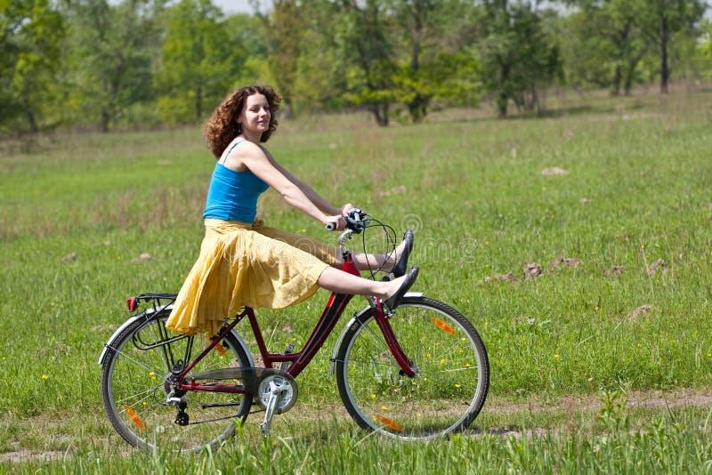 La fille va en bicyclette images libres de droits