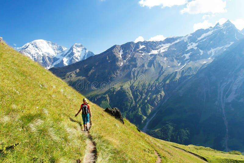 La fille va sur une voie de montagne images stock
