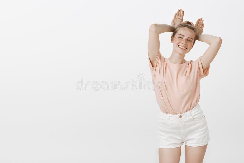 La fille veulent juste avoir l'amusement Portrait de femme mignonne espiègle heureuse dans le T-shirt rose et des chemises à la m images libres de droits