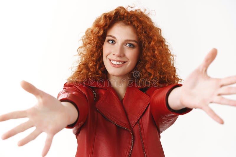 La fille veut de belles étreintes Les mains bouclées de bout droit de coiffure d'amie rousse attirante que la caméra caresse dema photo stock