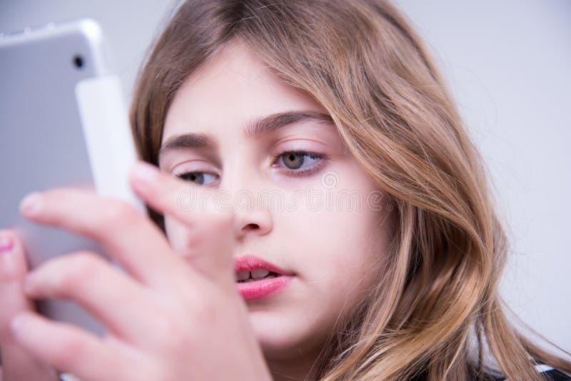 La fille voient des photos utilisant un comprimé photos stock