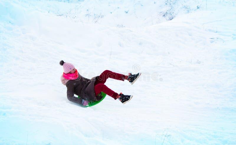 la fille vole sur une glissière d'une colline de glace photos libres de droits