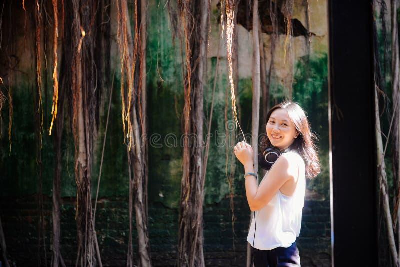 La fille voyage dans la vieille cabane dans un arbre image libre de droits