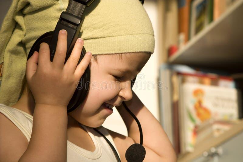 La fillette écoutent en images libres de droits
