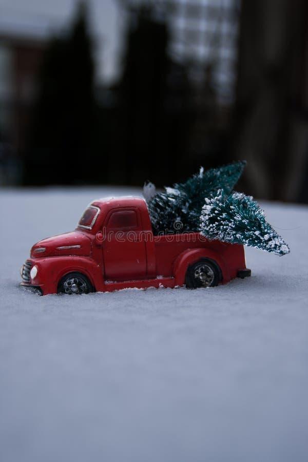 La fin d'un jouet prennent le camion conduisant par la neige images stock