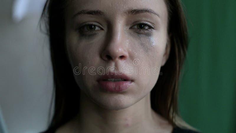 La fin d'une femme effrayée et pleurante avec enduit composent clips vidéos