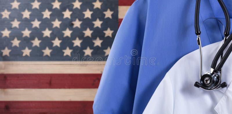 La fin de médical frotte et stéthoscope avec le drapeau rustique des Etats-Unis images stock
