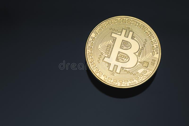La fin de marque de pièce de monnaie de cryptocurrency de Bitcoin a nettoyé le macro d'or avec l'espace noir de fond et de copie images stock