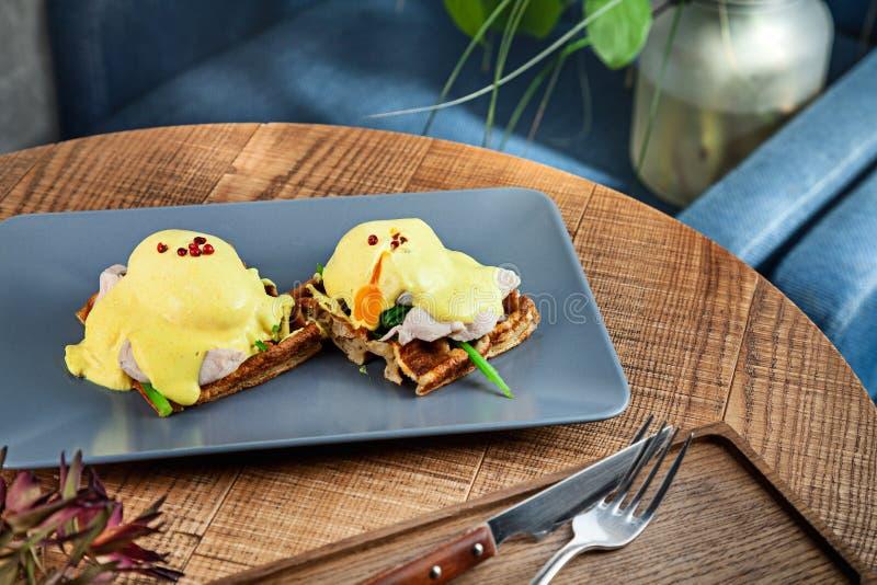 La fin de petit déjeuner continental vers le haut de la vue sur le petit déjeuner belge traditionnel a servi du plat gris sur la  image stock