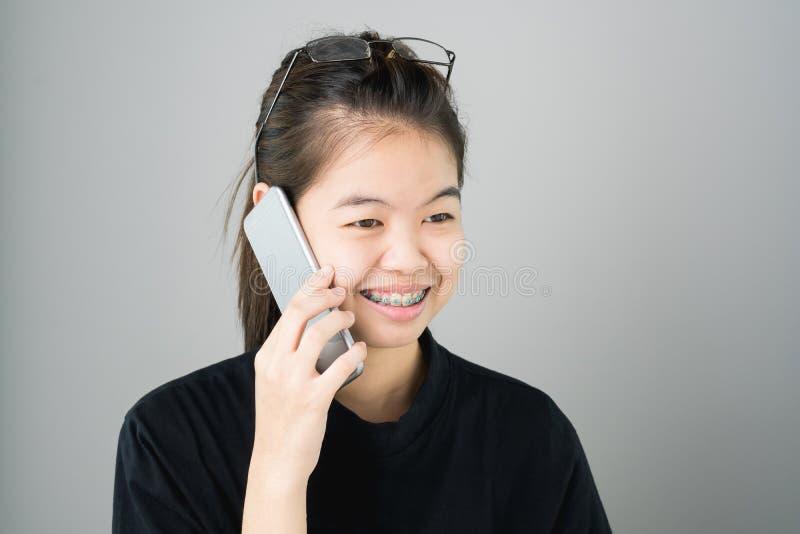 La fin des femmes parlent sur le smartphone et la technologie facilite le mode de vie images libres de droits