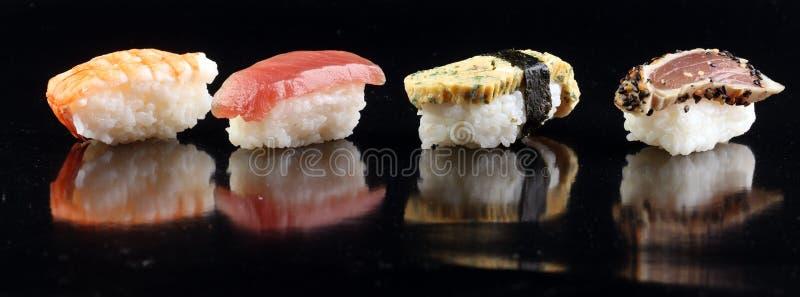 la fin des sushi de sashimi a établi avec les baguettes et le soja - petit pain de sushi avec le petit pain de saumons et de sush images libres de droits