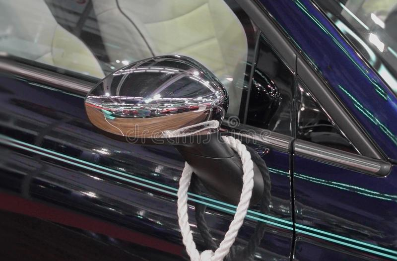 La fin du miroir de vue de côté de la voiture de bleu marine images libres de droits