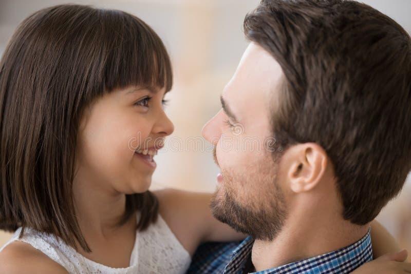 La fin fait face de la fille et du père heureux image libre de droits