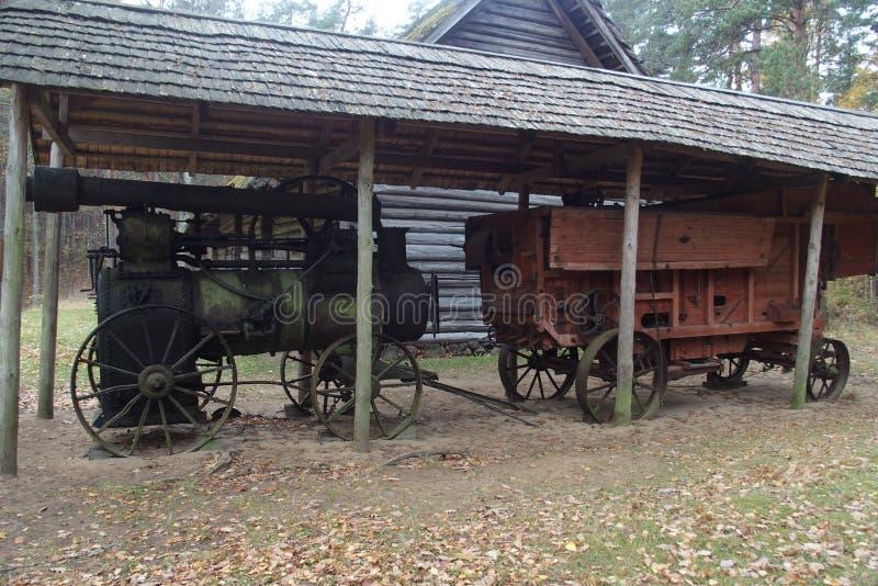 La fin locomobile du 19?me c Il runned par la vapeur arsing dans le processus br?lant du bois ou du charbon images libres de droits