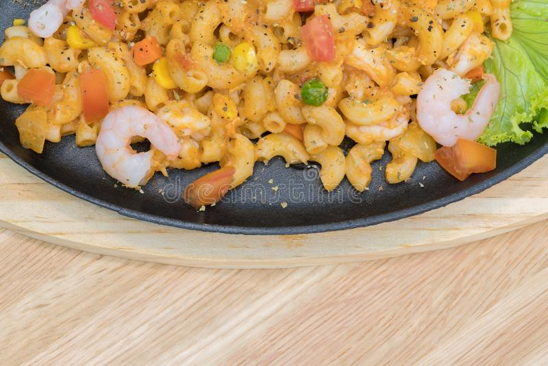 La fin a tiré de l'émoi Fried Macaroni avec la crevette et les piments et la tomate - pâtes de penne, servant sur une table en bo images libres de droits