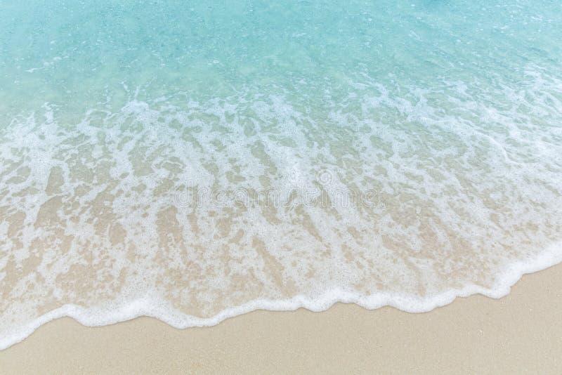 La fin vers le haut de l'eau de mer bleue ondule sur la plage blanche de sable, beau bleu photo stock