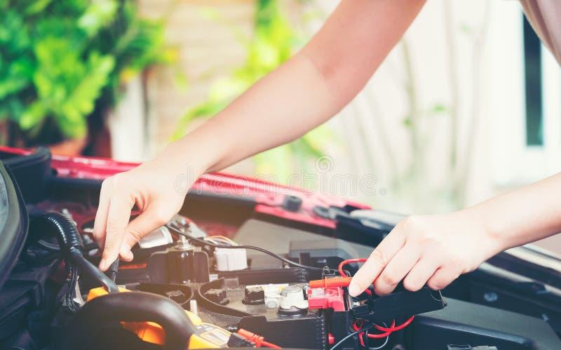 La fin vers le haut de l'outil et les femmes remettent de la réparation de voiture de mécanicien pendant les inves image stock