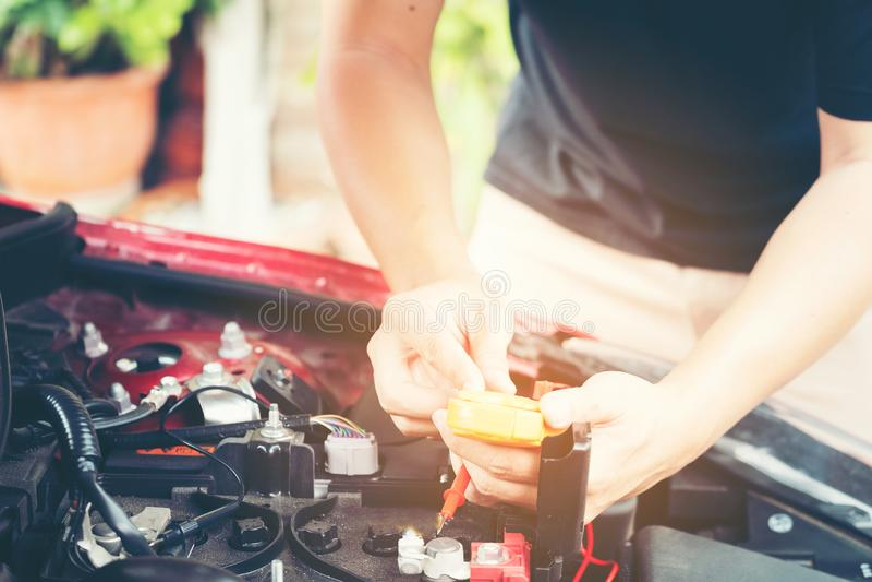 La fin vers le haut de l'outil et les hommes remettent de la réparation de voiture de mécanicien pendant l'investi photographie stock libre de droits