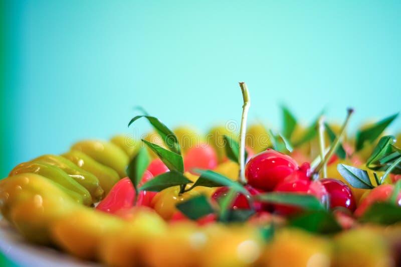 La fin vers le haut des fruits d'imitation supprimables arrangent sur le fond de plat, regardent les bonbons thaïlandais à Choup images stock