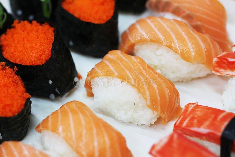 La fin vers le haut des sushi saumonés a placé avec le foyer sélectif photo libre de droits