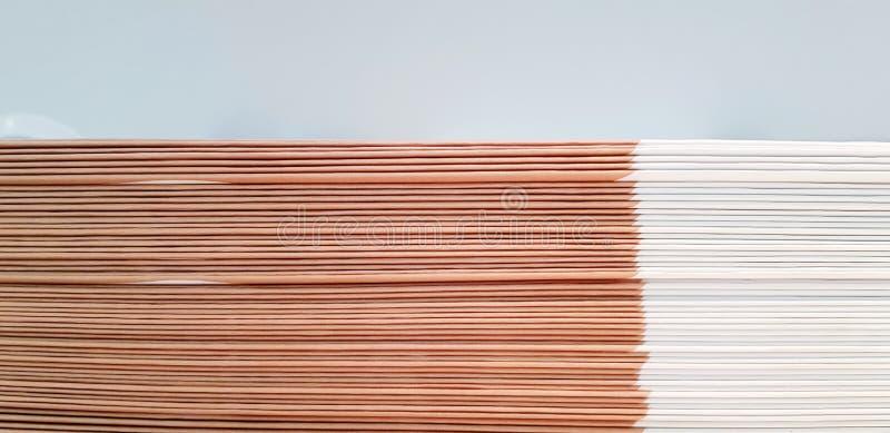 La fin vers le haut du modèle et la ligne du livre de blanc et d'épine ou de selle de Brown sont assortissantes et empilantes pou image libre de droits