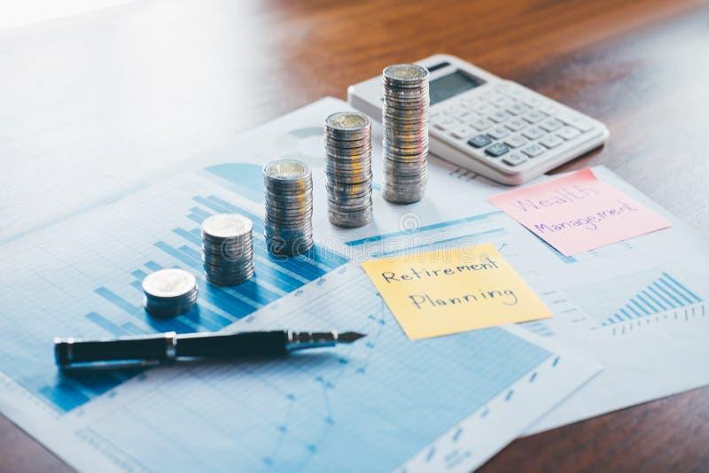La finanza di affari con il documento di rapporto, impilante le monete per aumenta l'affare crescente al profitto ed il risparmio immagine stock