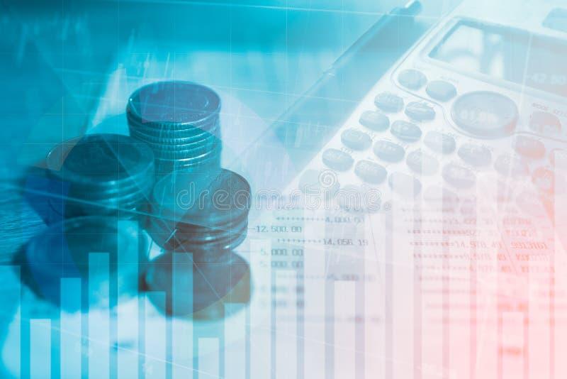 La finanza e le attività bancarie dei soldi della moneta della pila con il grafico di profitto del mercato azionario vendono l'in immagine stock libera da diritti