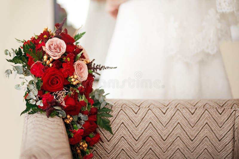 La fine del mazzo di nozze su di rosso fiorisce le rose splendide Copi lo spazio fotografie stock libere da diritti