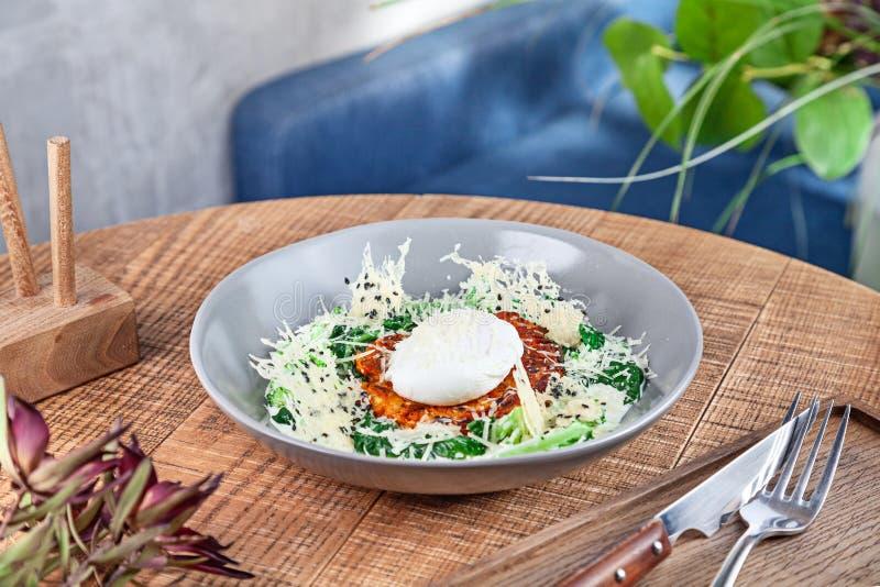 La fine della prima colazione continentale sulla vista sulla prima colazione norvegese tradizionale è servito in ciotola che sta  immagine stock libera da diritti