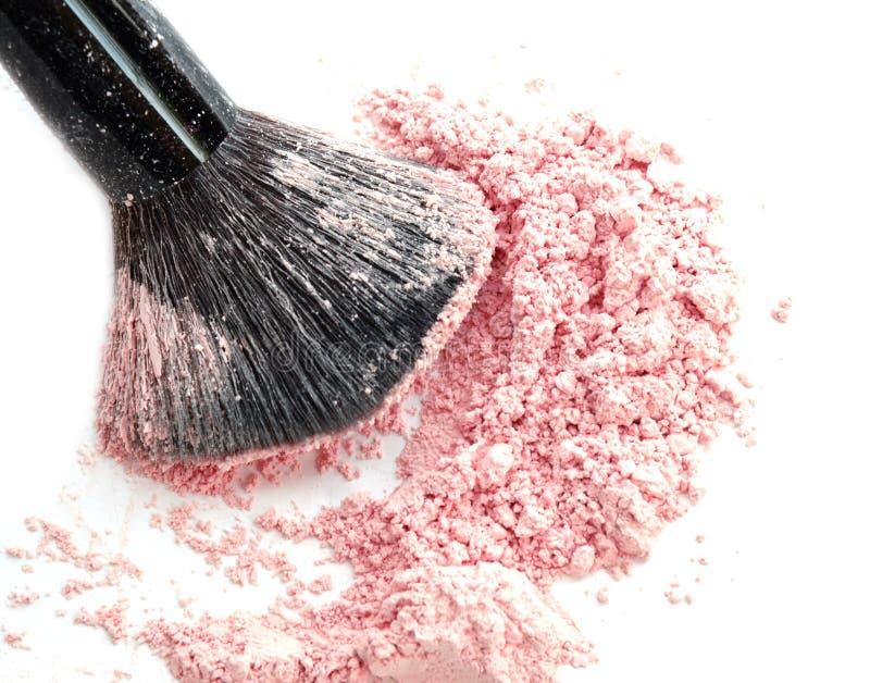 La fine su dello schiacciato di arrossisce su fondo bianco e sulla spazzola cosmetica immagini stock libere da diritti